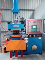 客户现场试模200T橡胶注压成型机_青岛鑫城直销橡胶注压机